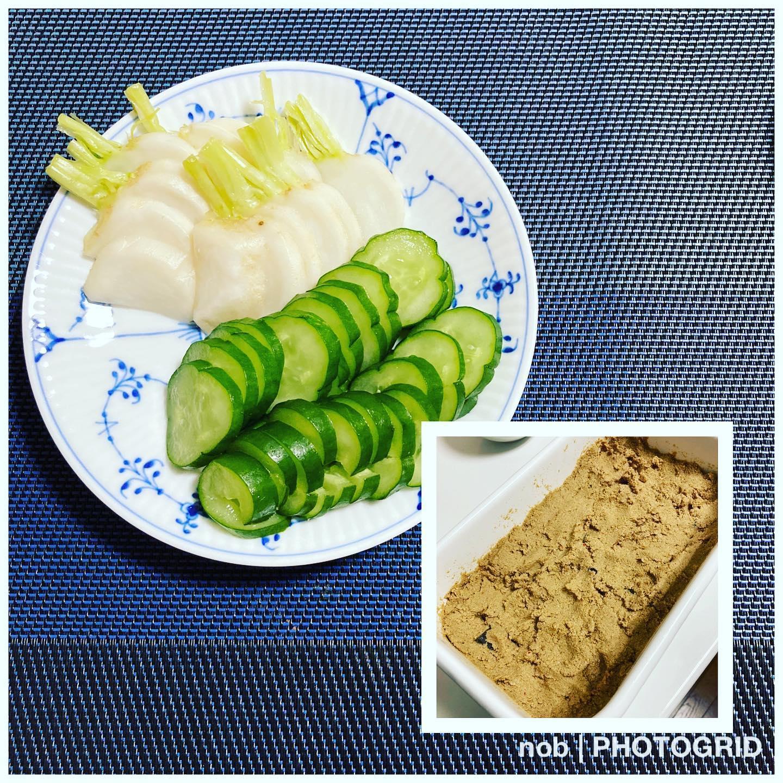 ぬか漬け、はじめました。.夏野菜が安くなってきたこともあり、久しぶりにぬか床を作って、ぬか漬けを始めました。.しかし、作り始めということもあり、ちと塩っぱい仕上がりとなっております〜( ˃̣̣̥ω˂̣̣̥ )(笑)そのため、大きくは切らずに小さめ細めに切って、少しずつ食べています….ナハハ(^^;#おうちごはん #夕食 #男子ごはん #ぬか漬け #ぬか床はじめました