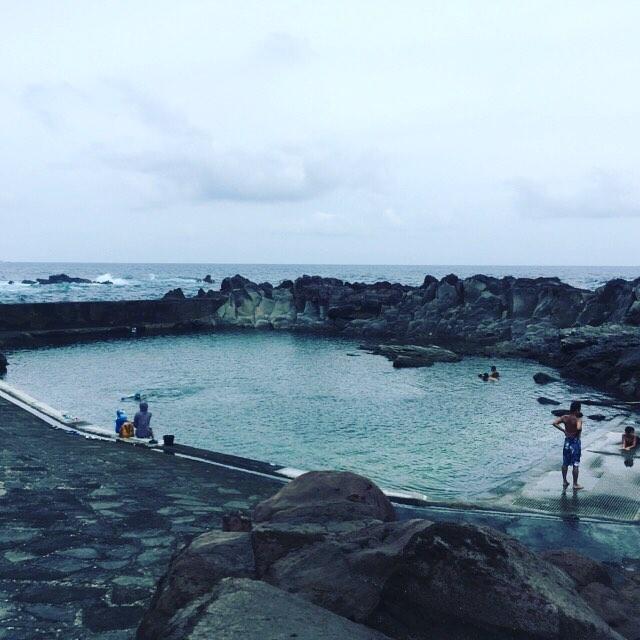 乙千代が浜にてシュノーケリング♪.小さなお子さんも楽しめるタイドプール。でも、あまり海水の出入りが無いので透明度は悪いです(^^;。その分、水温は高め♡.見た魚は…トラウツボ、セダカスズメダイ、ハクセンスズメダイ、ソラスズメダイ、ギンユゴイ幼魚、ギンポの仲間など。#夏休み2018 #甥っ子と過ごす夏休み #八丈島 #乙千代ヶ浜 #シュノーケリング