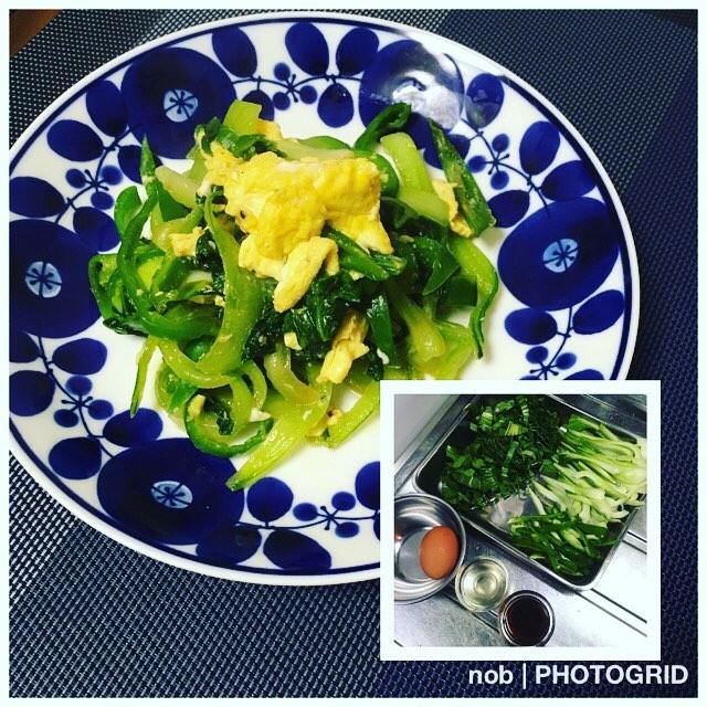 青梗菜と卵とピーマンのオイスターソース炒め。.時間が無い時の切って混ぜるだけの簡単料理〜(^-^).こういう炒め物の時って、卵を入れるタイミングはどうしていますか?この料理の時は、先に多めの油でフワッと炒めています♪.味付けも簡単。大さじ1のオイスターソースに小さじ1のナンプラー。でも、そのままだと濃いので(^_^;)、料理酒を大さじ1振っています。.この味付けは好きなパターンなので、野菜を変えて作ったりします♡#おうちごはん #晩ご飯 #夕食 #男子ごはん #青梗菜と卵のオイスターソース炒め
