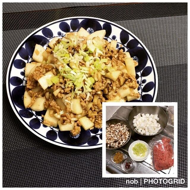 大根マーボー。.麻婆豆腐の豆腐を大根に変更した料理です(^-^)。これもテレビ東京で放送している「男子ごはん」レシピになります〜♪.大根は事前に塩振って水分を抜いておきます。あとで、味がよく染みるようになるので!.味付けは…オイスターソース、醤油、酒、みりん、砂糖、鷹の爪、片栗粉くらいかな。.ごま油で生姜を炒めて香りを出し、しいたけと挽き肉を炒めて、大根も入れて、最後に調味料も入れて混ぜれば完成〜(人 •͈ᴗ•͈).食べる時に長ネギのみじん切りを掛けると、一段と美味しくなりました♪大根の食感で、マーボー味は合っているかも。是非、お試しを♡#おうちごはん #晩ご飯 #夕食 #男子ごはん #大根マーボー