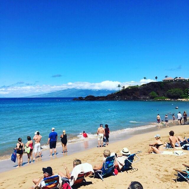 カアナパリのビーチを散策。リゾート感満載で良い感じ♪.そんな中、双眼鏡で沖合を見ている人達が多数。同じ方向を見てみると、なんとクジラのブローが!(人 •͈ᴗ•͈)。ビーチから見えちゃうんだもんな〜♡.奥に見えるは、ブラックロック。そこから飛び込むと願いが叶うとか!?2枚目は飛び込む瞬間を激写したのですが、分かりますか?(/ω\)(笑)#春休み2019 #maui #kaanapali #blackrockmaui