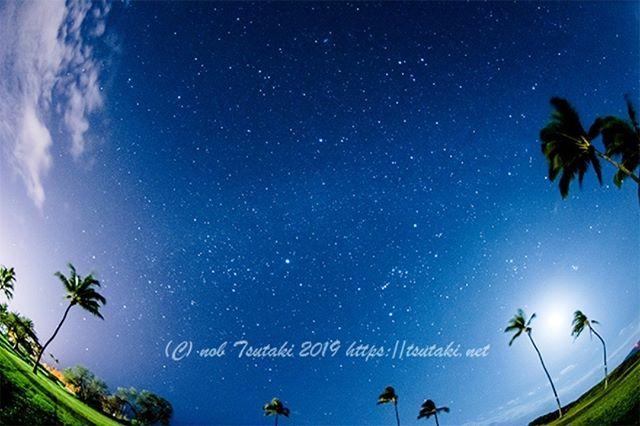 コンドミニアムの前で星空撮影。三脚も持参していたので、ある夜に星空撮影に挑戦してみました(^^.しかし、不運なことに月が闇夜を照らしています(>_