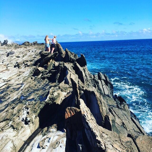 龍の歯。.海岸線に【ドラゴンティース】と呼ばれている海水が侵食して出来たパワースポットがあります。実際に行って見ると「竜の歯」というよりは「鮫の歯」というイメージが近いかも知れません?!.引いて見てみると、波打ち際だけ、岩が壁のように立ち並んでいて不思議な気もしました。そそ、場所によっては時より大きな波が来て、濡れている人も居たりしました(^^;)。.このパワースポットは、マウイ島の北西で、車で行ける場所の一番端っこかも知れません(^^)。ココでも沖を見ていると、時折クジラのブローが見られたりもしました♪#春休み2019 #maui #kapalua #MakaluapunaPoint #kapaluadragonteeth