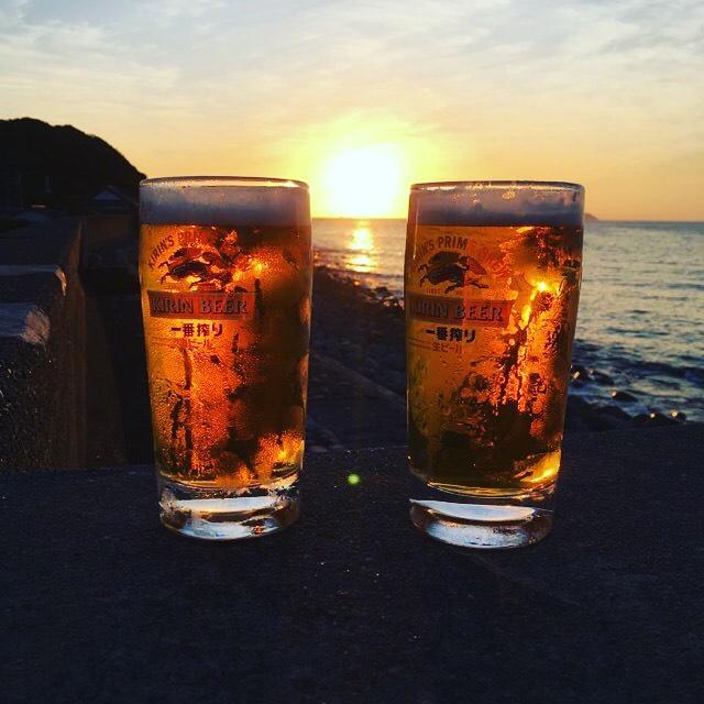 夕陽を見ながら、堤防ビール。.ココに来る理由の半分は、このビールを飲むため言っても過言では無いとか何とか…。(人 •͈ᴗ•͈)(笑).今日も一日お疲れ様でした♪お先に失礼します〜(▰╹◡╹▰)#夏休み2019 #高知県 #柏島 #堤防ビール