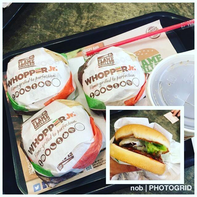 ダメな奴。.会社の先輩に連れられて、バーガーキングデビューしました。いや〜実は今まで食べたことがありませんでした〜(/ω\)(笑).なんでもWHOPPER Jrなるハンバーガーとコーラが半額キャンペーンをやっているので、行くしかない!と誘われて…(^^;.WHOPPER Jrのイメージは、ビックマックの女性向け?みたいな雰囲気でした。.牛肉のパテは炭火焼きらしく香ばしく美味しかったです♪野菜もレタス、タマネギ、トマトなど入っていて合っていました(^-^).とはいえ、デビュー戦で3個はやり過ぎだったようです〜( ˃̣̣̥ω˂̣̣̥ )(笑)#バーガーキング #WHOPPER #ランチ
